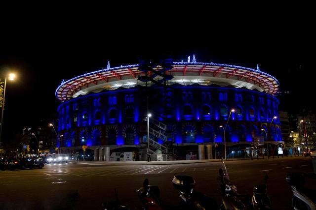 Fachada iluminada Arenas de Barcelona